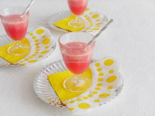テーブルの上の赤ワインのガラスの写真・画像素材[1315164]