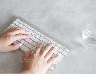 ノート パソコンのキーボードの上に座って人の写真・画像素材[1341400]