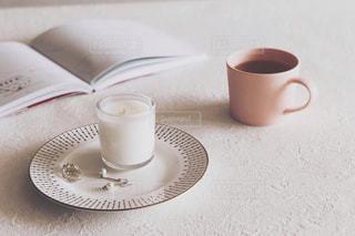 テーブルの上のコーヒー カップの写真・画像素材[1341402]