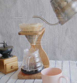 テーブルの上のコーヒー カップの写真・画像素材[1466106]