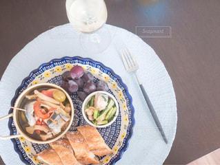 テーブルの上に食べ物のプレートの写真・画像素材[1467962]