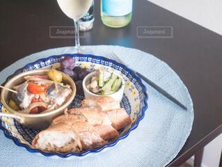 テーブルの上に食べ物のプレートの写真・画像素材[1467963]