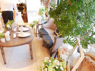 テーブルの上の花の花瓶の写真・画像素材[1516144]