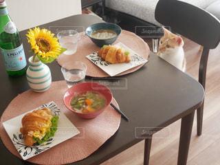 テーブルの上に食べ物のプレートの写真・画像素材[1517297]