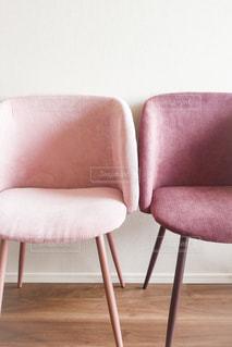 部屋に大きな赤い椅子の写真・画像素材[1664005]