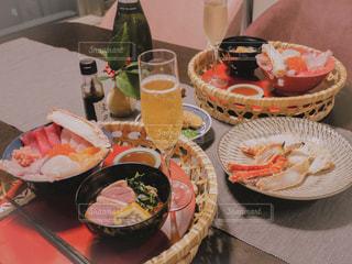 テーブルな皿の上に食べ物のプレートをトッピングの写真・画像素材[1700281]