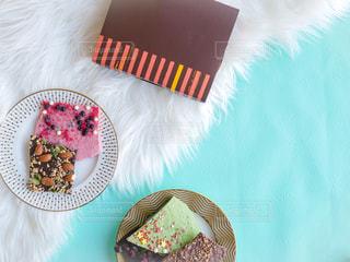 テーブルの上に座っているケーキの写真・画像素材[1748471]