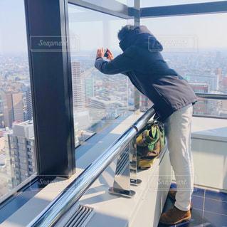 高層階から写真を撮る人の写真・画像素材[1804877]