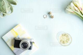 テーブルの上の花の花瓶の写真・画像素材[1877223]