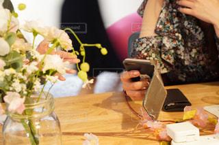 食事のテーブルに座っている女性の写真・画像素材[1878769]