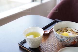食べ物の皿とコーヒー1杯の写真・画像素材[2138041]
