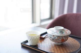 テーブルの上のコーヒー1杯の写真・画像素材[2138042]