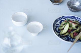 テーブルの上の青いボウルの写真・画像素材[2173519]