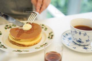 コーヒー1杯の隣の皿の上のケーキの写真・画像素材[2307511]