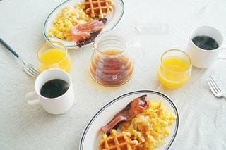 皿の食べ物とコーヒー1杯の写真・画像素材[2333862]
