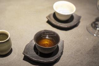 テーブルの上でコーヒーを一杯飲むの写真・画像素材[2377754]