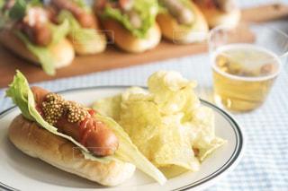 ホットドッグと一緒に食べ物の皿の写真・画像素材[2432156]