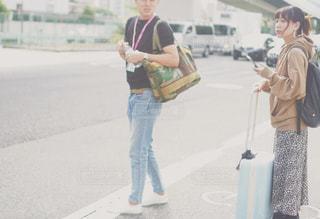 通りを歩いている男女の写真・画像素材[2513765]