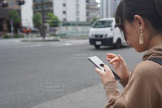 携帯電話で話している人の写真・画像素材[2513766]