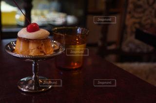 木製のテーブルの上に座っているワインのグラスの写真・画像素材[2513773]
