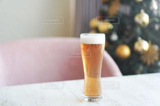 テーブルの上のガラスカップをクローズアップするの写真・画像素材[2808939]