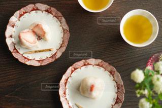 木製のテーブルの上の寿司の写真・画像素材[2873445]