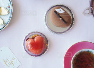 テーブルの上にコーヒーを入れたお皿の写真・画像素材[2944692]
