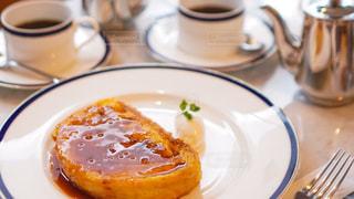 食べ物の皿をテーブルの上に置くの写真・画像素材[3009189]