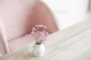 テーブルの上に紫色の花で満たされた花瓶の写真・画像素材[3009316]