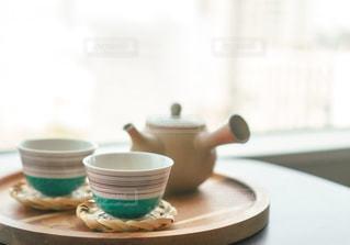 テーブルの上にコーヒーを一杯入れるの写真・画像素材[3043099]