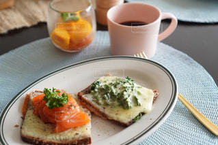 食べ物の皿とコーヒー1杯の写真・画像素材[3214196]