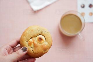 サンドイッチを持つ手の写真・画像素材[3819774]