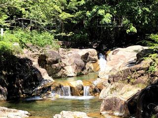 岩場の上の大きな滝の写真・画像素材[4831273]