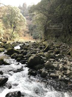 岩の崖の上の大きな滝の写真・画像素材[4831697]