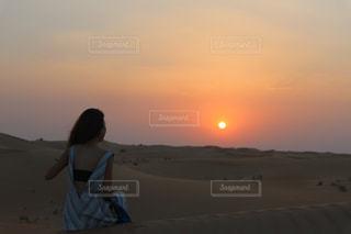 砂漠と女性と夕日 - No.814934