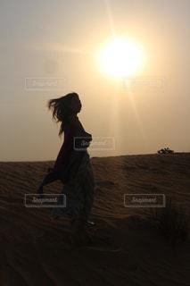 砂漠と女性の写真・画像素材[814949]