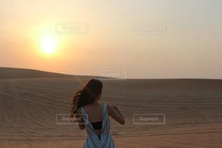 砂漠と女性の写真・画像素材[814950]