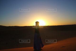 ビーチに沈む夕日の写真・画像素材[843185]