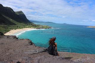 水の体の横にある岩のビーチの写真・画像素材[1426403]