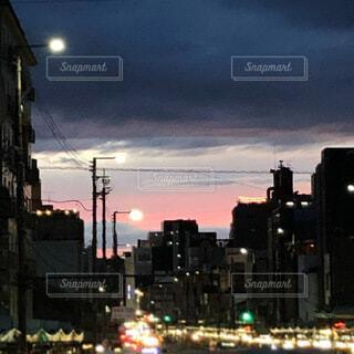 秋の夕暮れの京都の写真・画像素材[4940622]