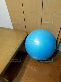 水色のバランスボールの写真・画像素材[4855433]