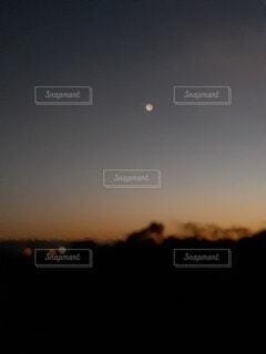 夕焼けと星の写真・画像素材[4898852]