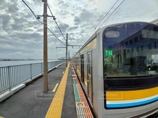 電車を降りたらすぐに海の写真・画像素材[4873448]