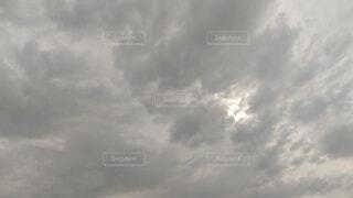 うすっら光の指す曇り空の写真・画像素材[4873326]