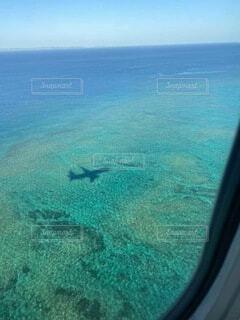 海面に浮かぶ飛行機の影の写真・画像素材[4851109]