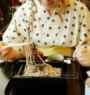 浴衣でお蕎麦を食べる女性の写真・画像素材[4851648]