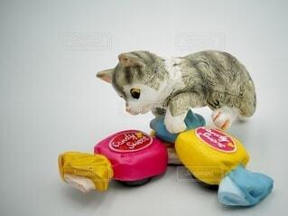 飴の上に乗る猫の置物の写真・画像素材[4871979]