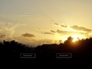 夕暮れの空と雲の写真・画像素材[4883671]