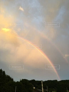 夕暮れの雨上がりの虹の写真・画像素材[4854813]