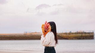 水の体の前に立っている人の写真・画像素材[4876605]